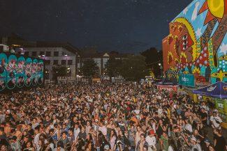 La foule dans la rue au Festival Mural